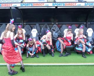 Nufc girls on bench